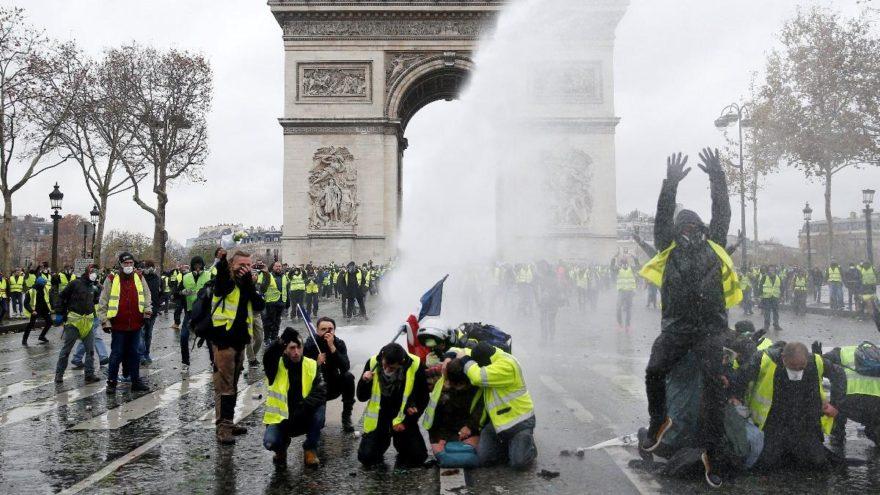 Fransa karıştı… Macron Paris'e gitti… OHAL gündemde