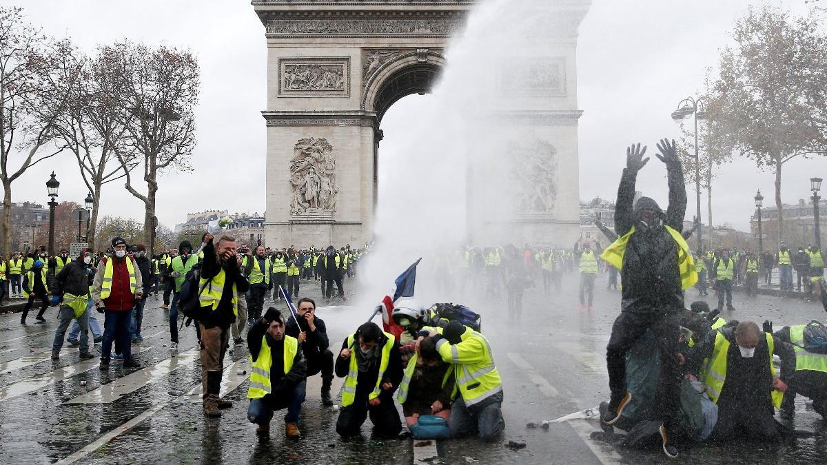 Fransa karıştı... Macron Paris'e gitti... OHAL gündemde