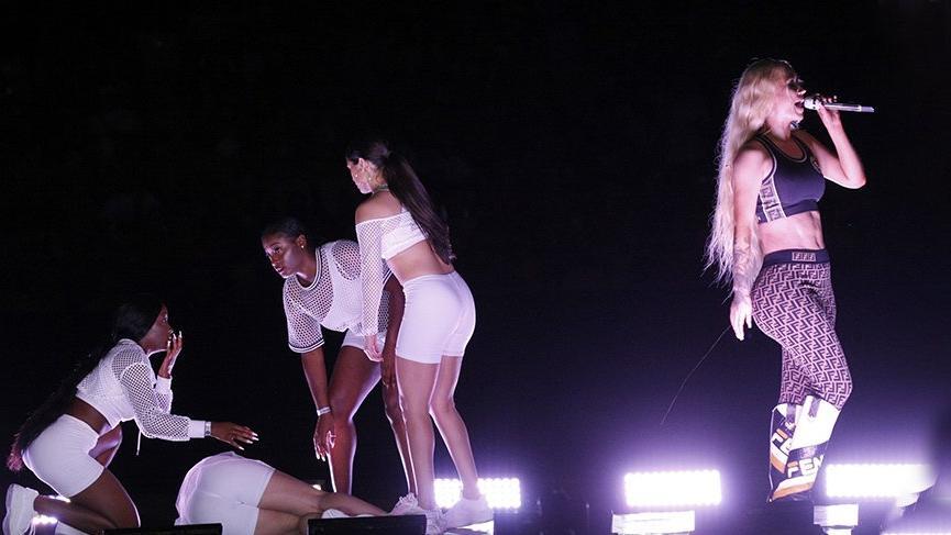 Iggy Azalea konser sırasında dansçının yere yığılmasını umursamadı