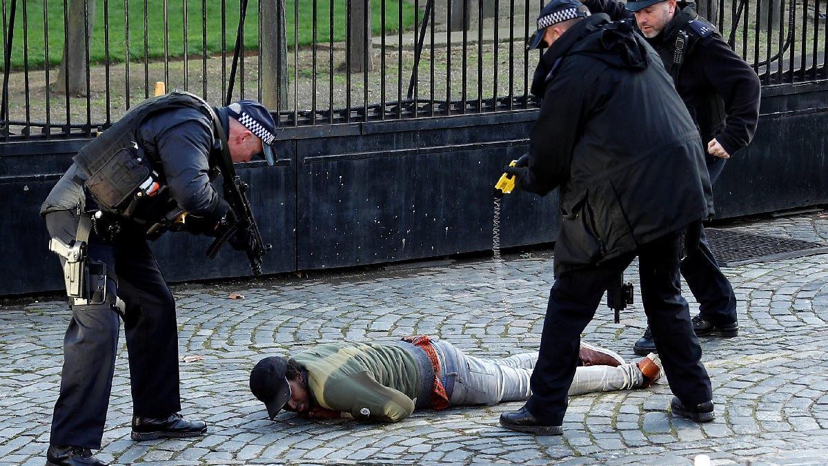 İngiltere'de silahlı saldırgan paniği