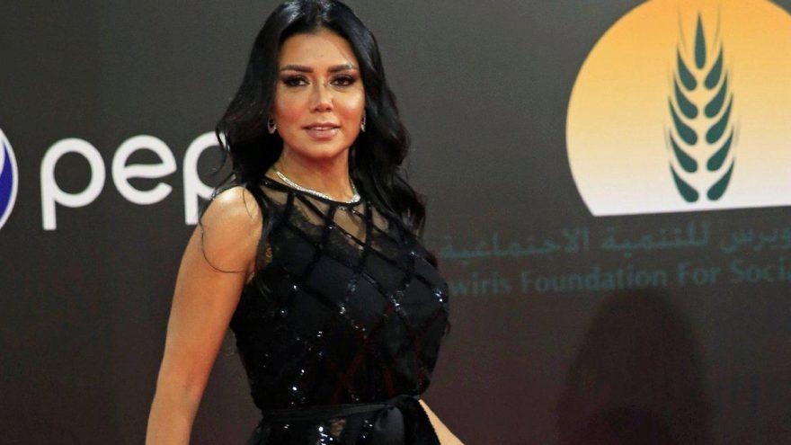 Ünlü şarkıcıya kırmızı halı şoku… Bu kıyafete 5 yıl hapis