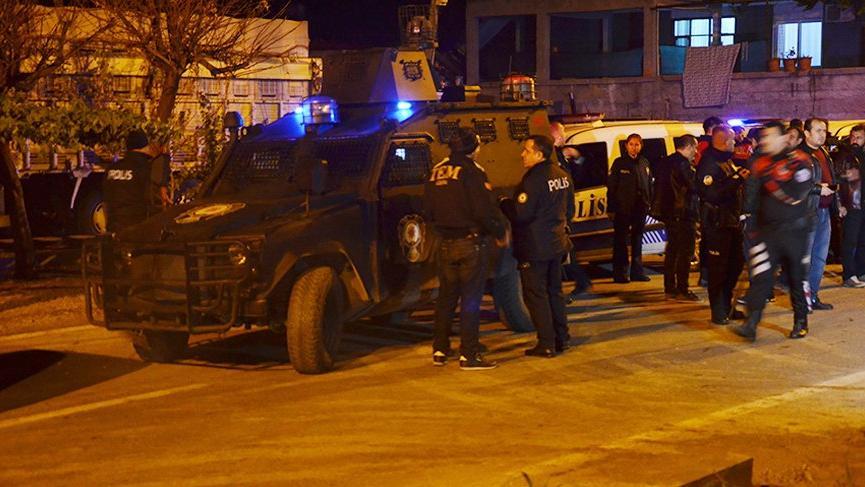 Adana'da polise taşlı ve sopalı saldırı!