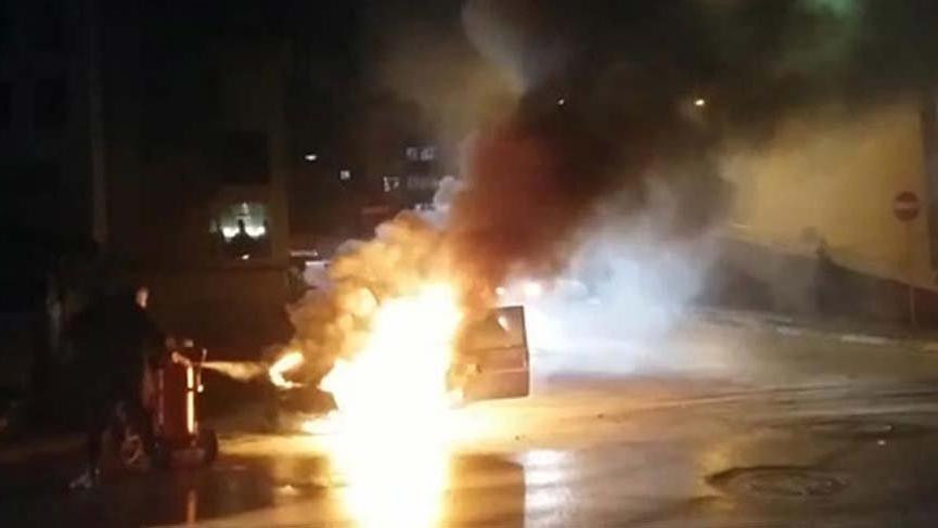 Aracı alev alev yandı, canını zor kurtardı