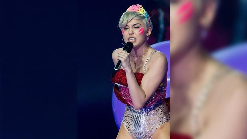Ünlü şarkıcı Miley Cyrus, albümünü üstsüz paylaşımla tanıttı