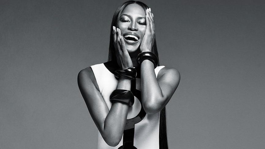 Naomi Campbell reklam kampanyası için üstsüz poz verdi