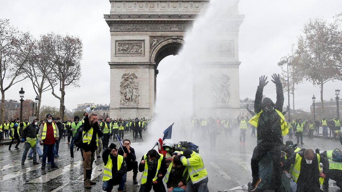Fransa Başbakanı: Halkın öfkesini duyduk, 6 ay erteliyoruz
