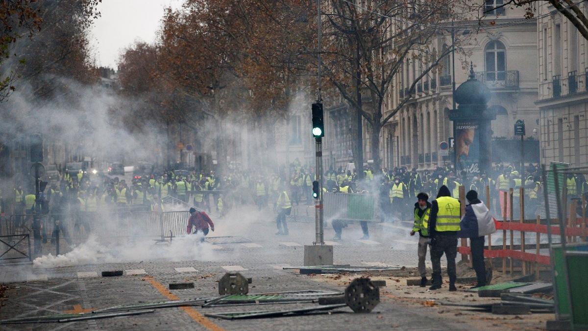 Paris'te tansiyon bir türlü düşmüyor... Sokaklar yine toz duman!