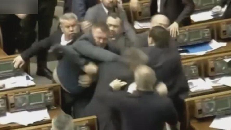Putin konuştu, parlamento karıştı... Vekillerden meydan savaşı!