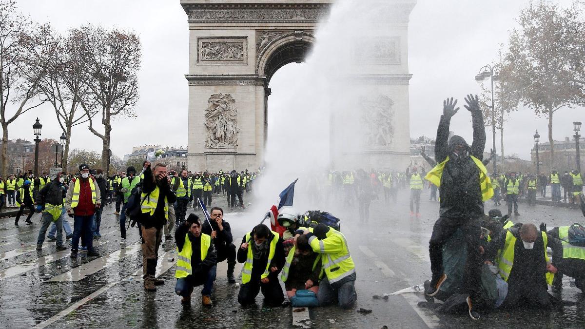Fransa'da sarı yelekliler kazandı: Akaryakıt zammı askıya alındı