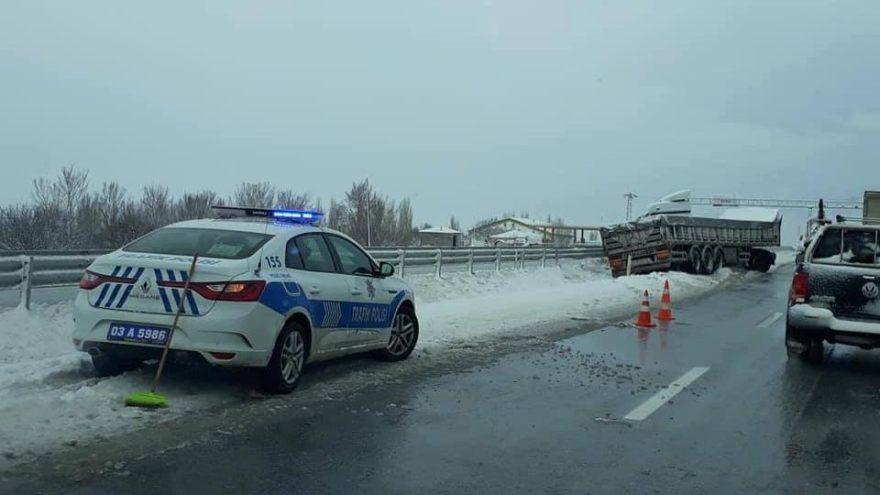 Buzlanan yolda TIR yoldan çıktı, 1 kişi yaralandı
