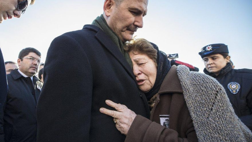 Vali yardımcısının annesi Soylu'ya sarıldı