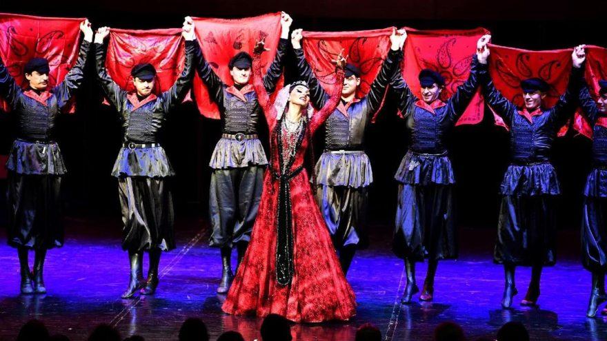 Dünyaca ünlü Gürcü dansçılar İzmir'de sahne aldı