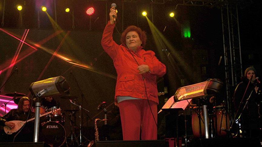 Eskişehir'de konser veren Selda Bağcan'dan, 'Müjdat Gezen ve Metin Akpınar' eleştirisi