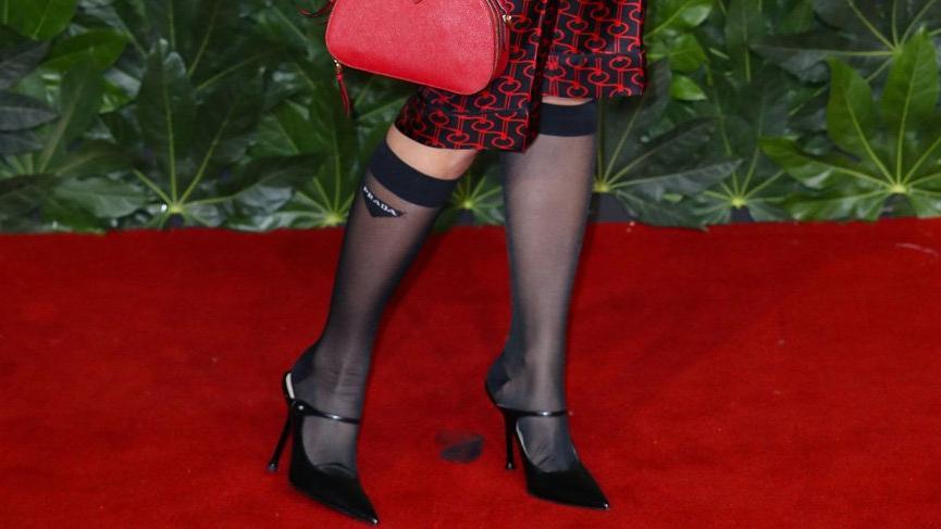 Rita Ora'nın Prada çorapları sosyal medyanın dilinde