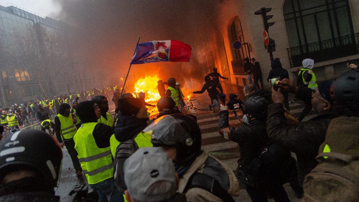 Fransa yanıyor... Gösteri dalgası iki AB ülkesine daha sıçradı