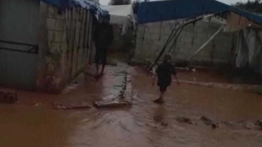 Türkiye sınırındaki çadır kent sular altında kaldı