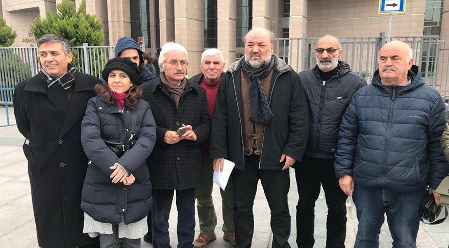 Tahliye edilen Eliaçık ve beraberindeki grup adliye önünde açıklama yaptı. Foto Sözcü