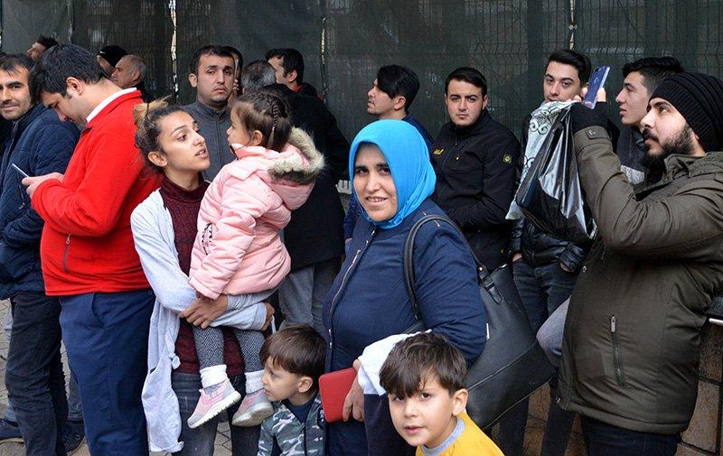 İntihar girişimini çocuklarıyla birlikte izleyenlerin yanı sıra o anları canlı yayınlayanlar da vardi Foto: DHA