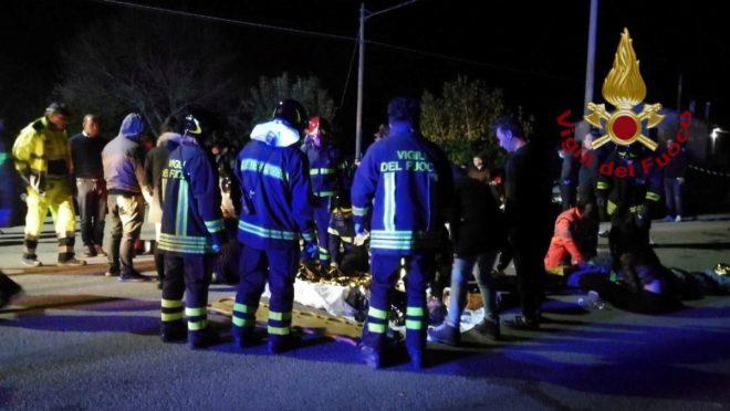 Sağlık ekipleri yaralananlara dışarıda müdahale etti.