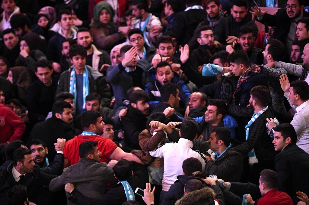 FOTO:DHA - Kavgayı salon görevlileri zor yatıştırdı.