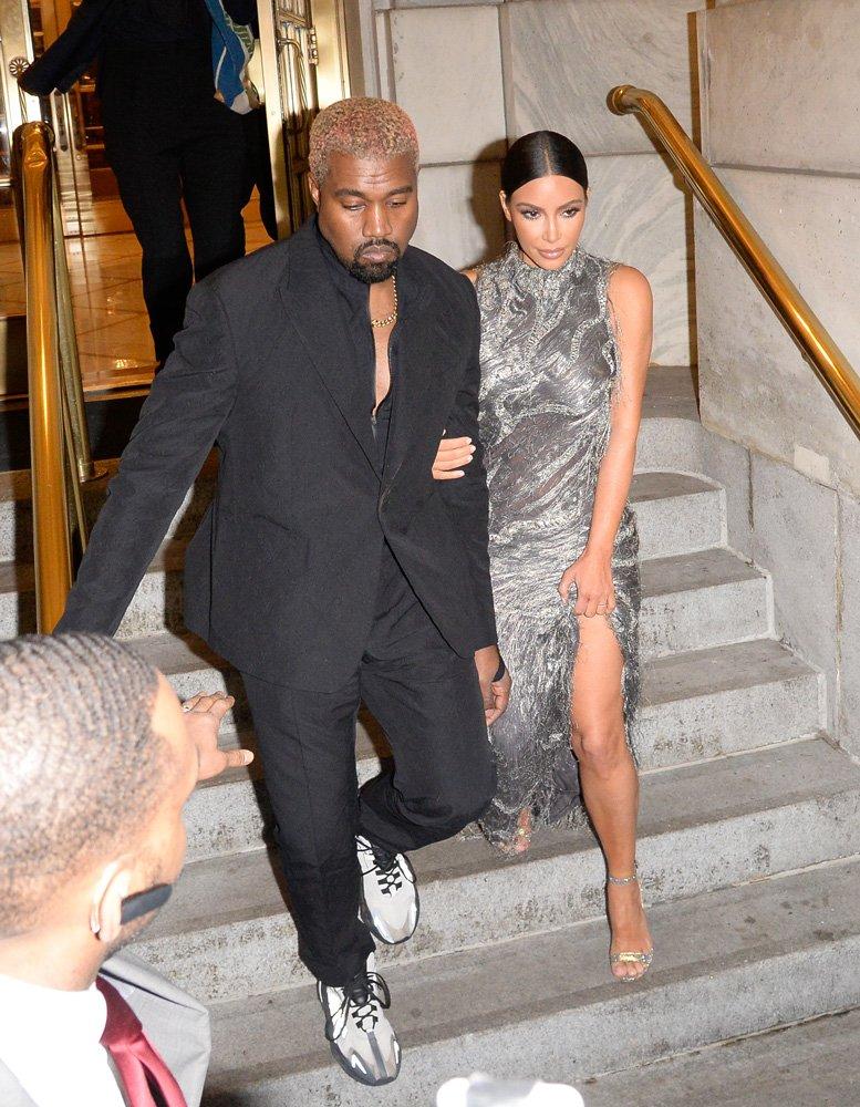 Kim Kardashian ve Kanye West, Cher Müzikali'nden çıkarken görüntülendi...