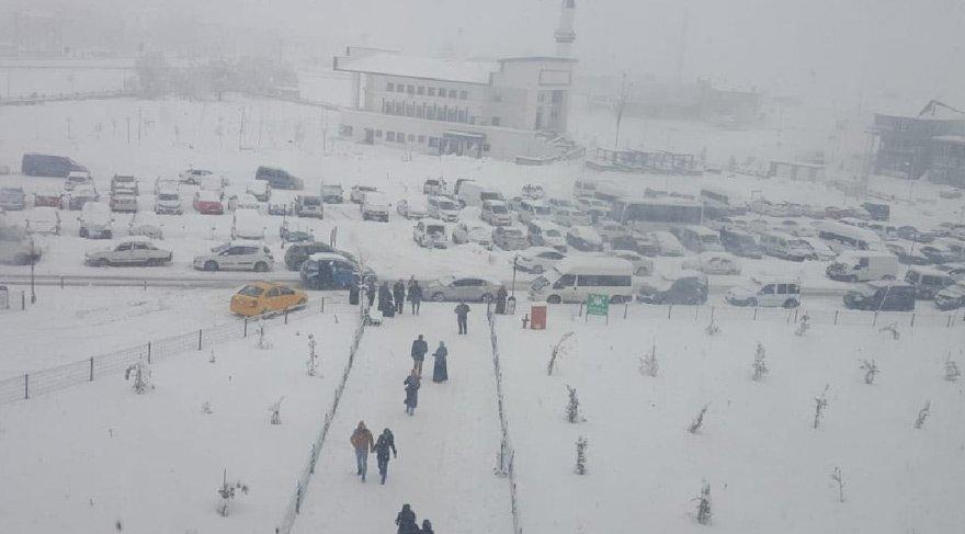 Bitlis'te bu sabah tüm şehir karla kaplandı.