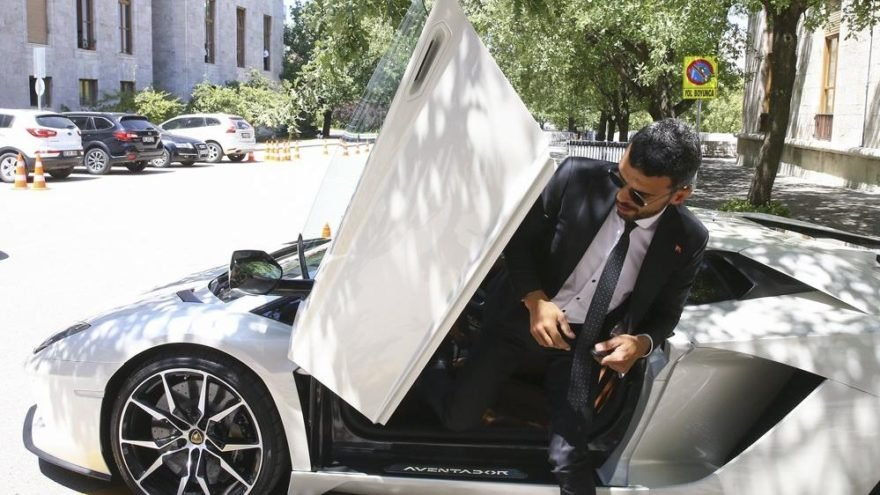 Sofuoğlu seçildikten sonra Meclis'e Lamborghini Aventador marka otomobille gelmişti.