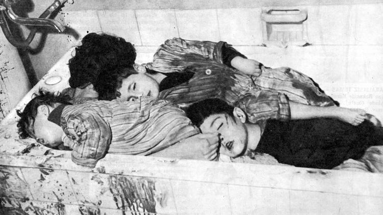 """Kıbrıs'tali katliam bu görüntü le beyinlere kazındı Mürüvet İlhan ile çocukları Murat, Kutsi ve Hakan, içerdiği vahşet tablosu nedeniyle bugün """"Barbarlık Müzesi"""" haline getirilen Kumsal Mahallesi, İrfan Bey Sokağı 2 No'lu tek katlı evde sığındıkları banyo küvetinde, 24 Aralık 1963 gecesi makineli silahlarla Rum milisler tarafından öldürülmüştü"""