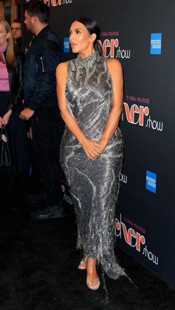Kim Kardashian, Cher Müzikali'ne giderken yine Versace'nin 1998 yılına ait ikonik elbiselerinden birini giydi...