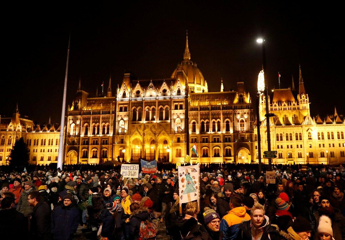 Pazar günü onbinlerce gösterici Orban yönetimini protesto için sokağa döküldü.