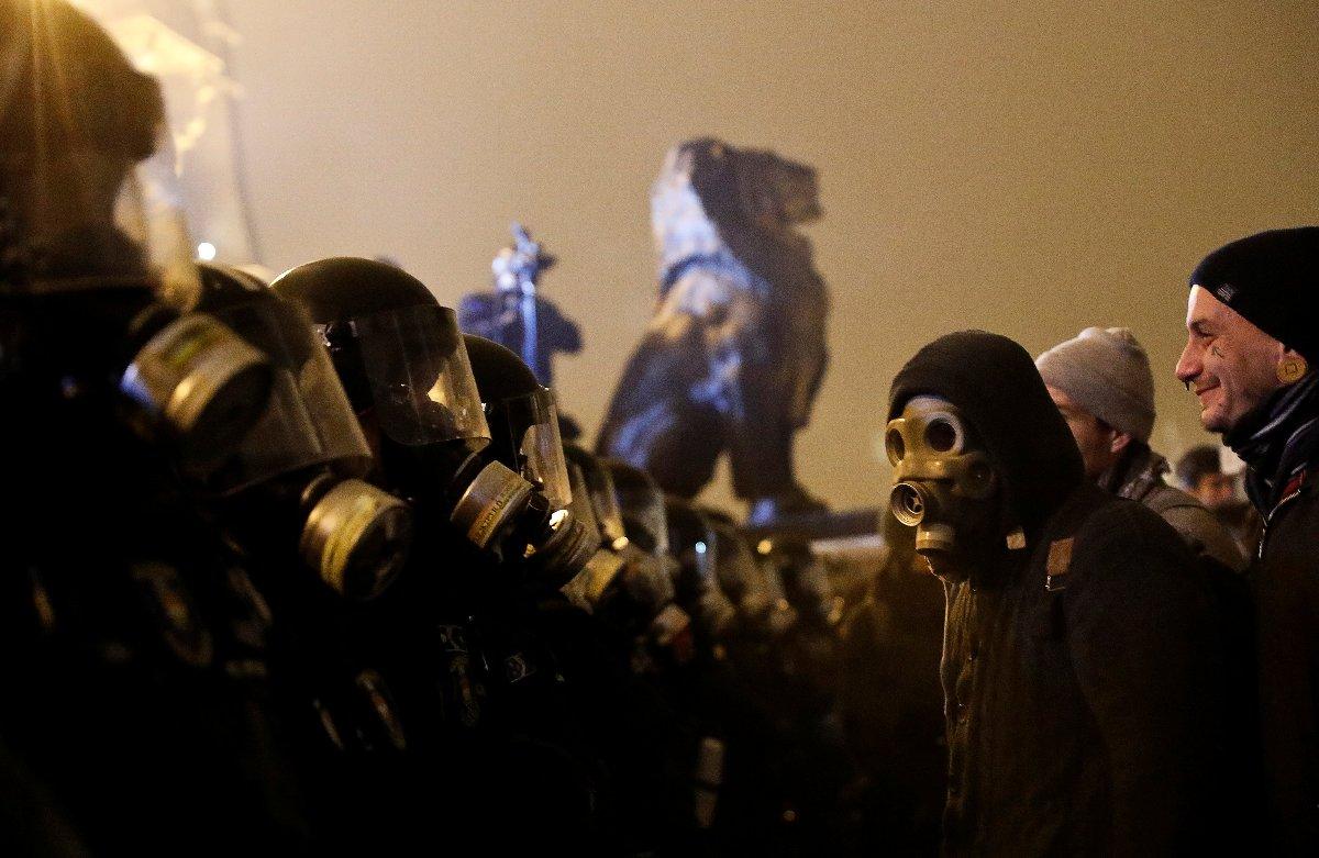 Gösterilerde 2 polisin yaralandığı açıklandı.