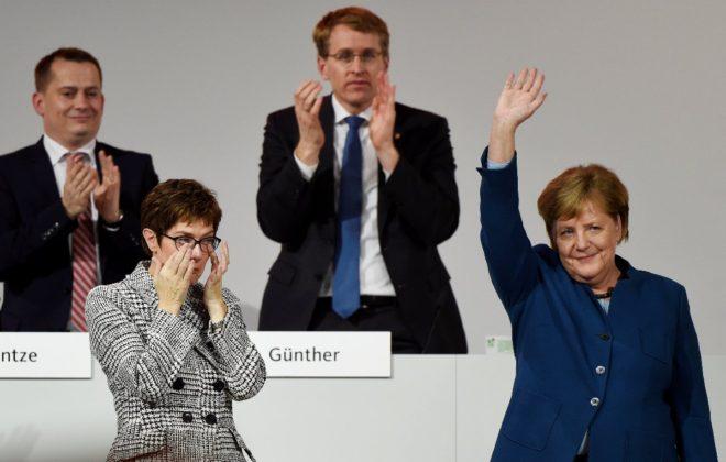 Karrenbauer, Merkel'in vedasında gözyaşlarını tutamadı.