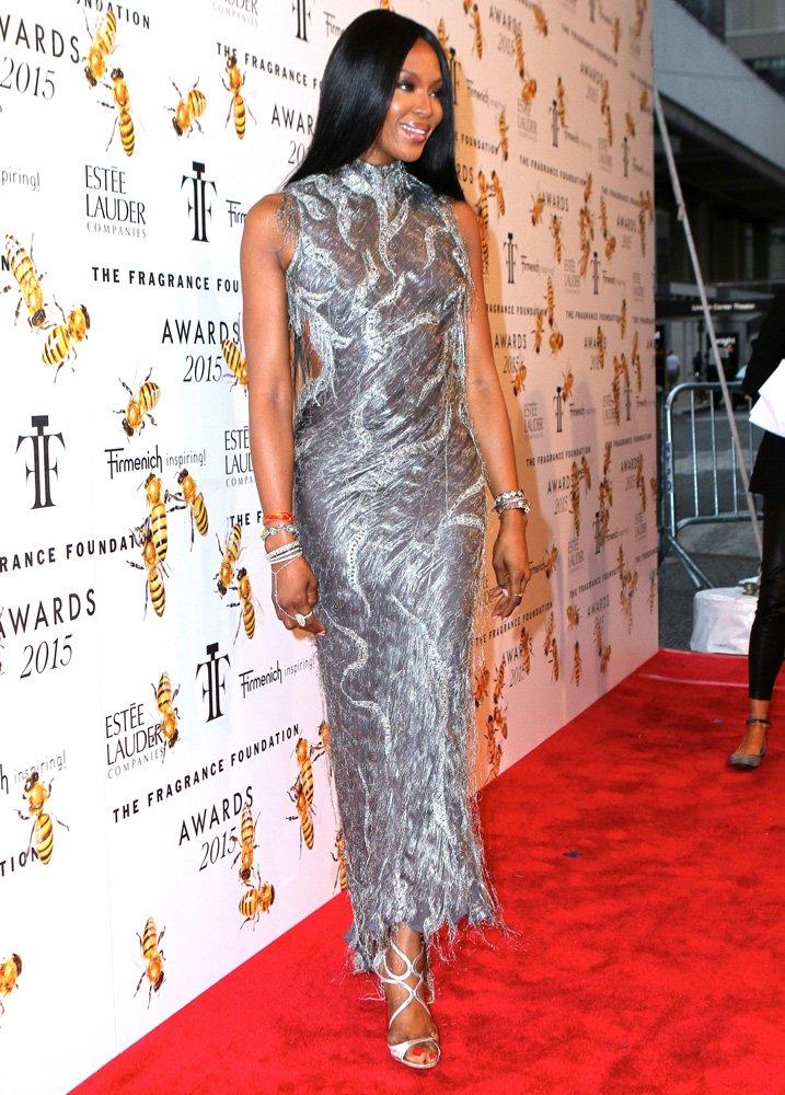Naomi Campbell 17 yıl sonra defilede giydiği elbiseyi, bir davete giderken de tercih etmişti...