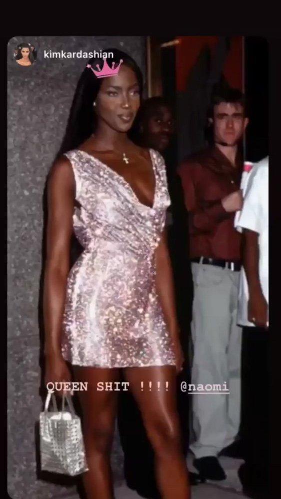 Elbiseyi 1997 yılında Naomi Campbell Versace defilesinde giymişti...