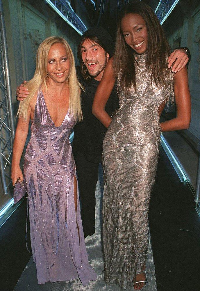 Aynı elbiseyi 1998 yılında Naomi Campbell, Versace defilesinde giyip podyuma çıkmıştı...