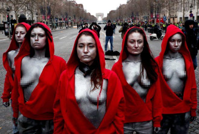 Bugünkü gösterilere kırmızı kapüşonlu eylemciler de katıldı.