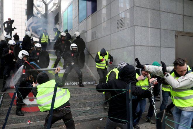 Göstericiler ve polis arasında arbede yaşandı.
