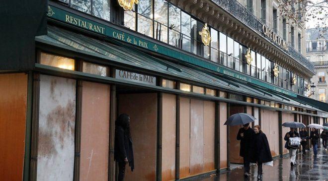 Birçok iş yeri ve kamu kuruluşu dükkanlarını plakalarla kapattı.