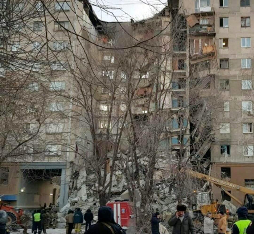 Patlama sonrası bina ciddi biçimde hasar gördü.