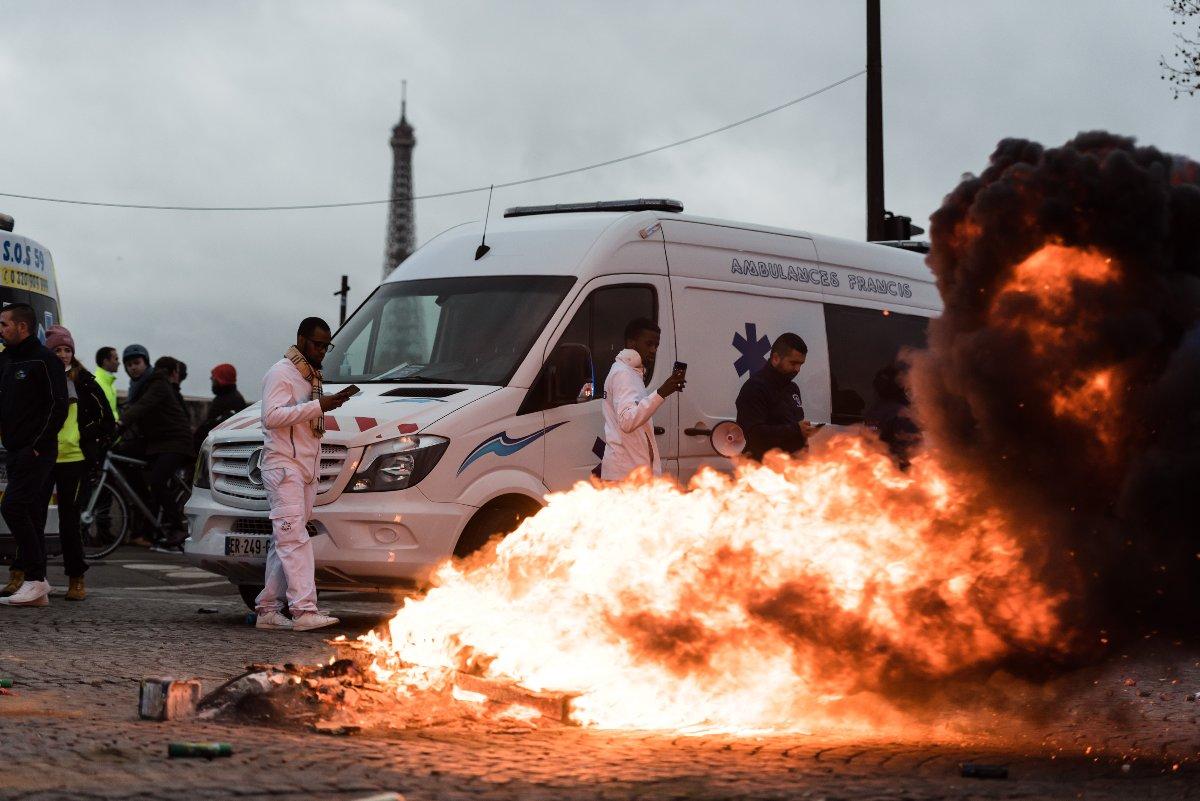 Sarı yelekli gösterilerinin ardından ambulans görevlileri de Paris'te hükümeti protesto etti.