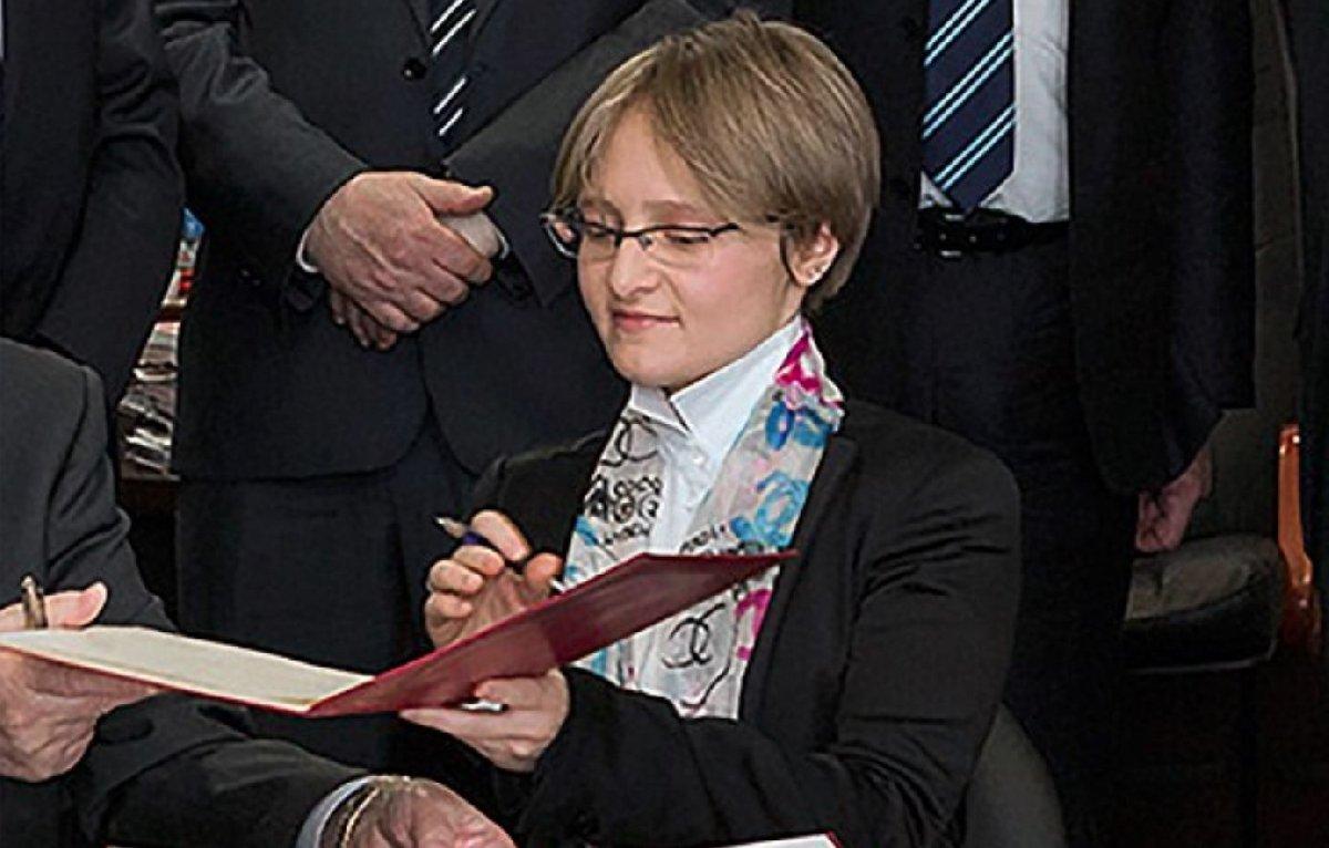 Putin'in 30'larında olduğu tahmin edilen kızı Moskova Devlet Üniversitesi'nde proje yönetiyor.