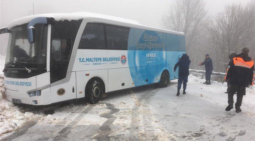 Kocaeli'nin Kartepe ilçesinde kar nedeniyle yolda mahsur kalan 2 otobüs AFAD ekiplerince güvenli bölgeye çekildi. Otobüslerdeki 75 yolcu AFAD ve jandarma araçlarıyla tahliye edildi. FOTO:AA