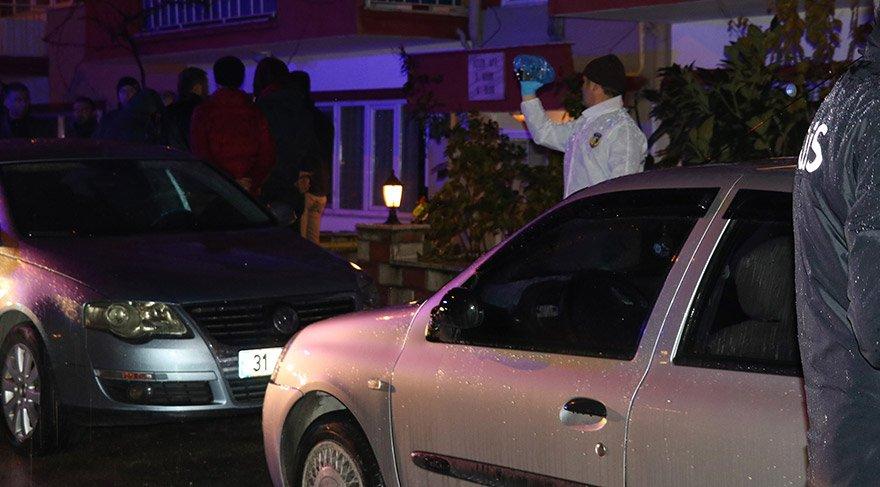 Burdur'da emekli astsubay, önce tartıştığı eşini ve kızını öldürdü ardından başına ateş ederek intihar girişiminde bulundu. Olayın yaşandığı Burç Mahallesi'ndeki bir apartman dairesine gelen polis ekipleri inceleme yaptı. FOTOĞRAFLAR:AA