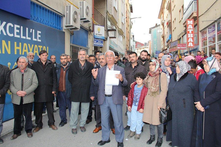 """FOTO:SÖZCÜ - Vekaleten atanan İlçe Başkanı Sadettin Kuyucak, """"Ya bizim adayımız aday gösterilir ya da istifa ederiz"""" dedi."""