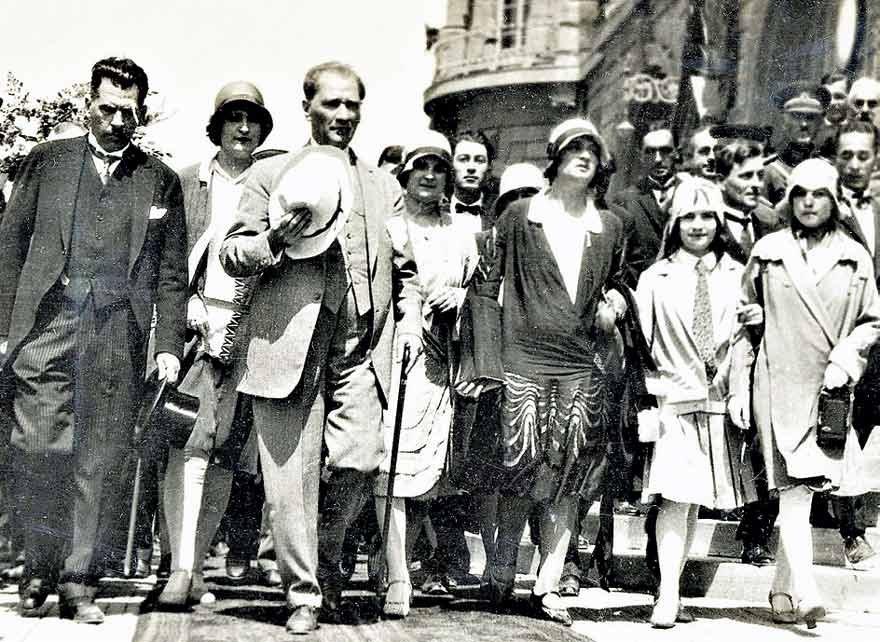 Atatürk, kadın devrimiyle Türk kadınını medeni ve siyasi haklara kavuşturdu.