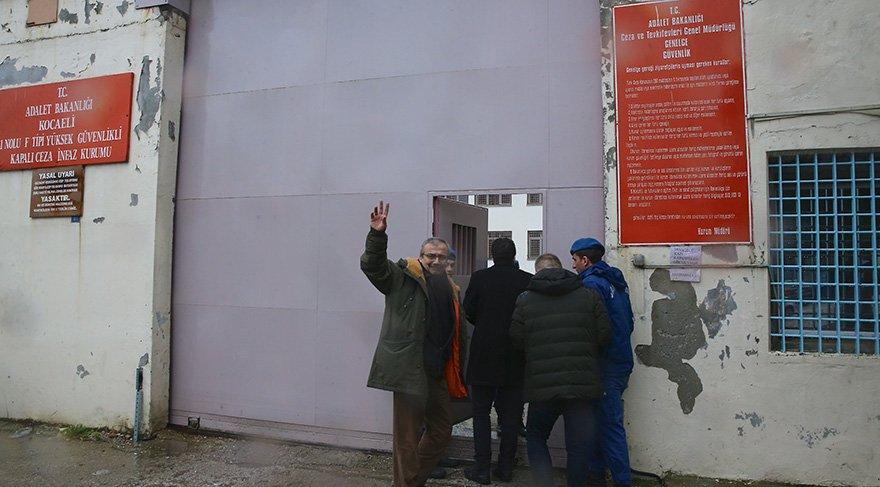 """Önder, ceza kapısında yaptığı açıklamada, Ne sarf ettiysek, arkasındayız. """" dedi. Foto AA"""