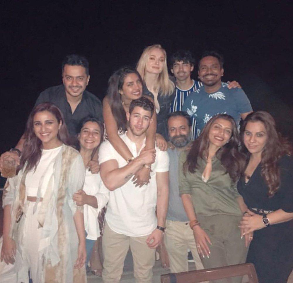 Beyaz tişörtlü Jack Jones, ona sarılan eşi Priyanka Chopra, Priyanka'nın hemen yanında ise Sophie ve Joe var...