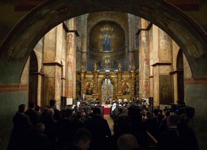 Başkent Kiev'deki Azize Sofya Katedrali'nde düzenlenen tören sonrası bağımsızlık kararı resmileşti.