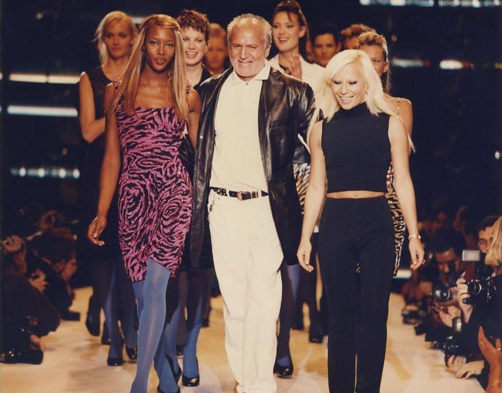 37fa7688896ad 1990'lı yıllarda Versace'nin kurucusu Gianni ve kardeşi Donatella Versace.