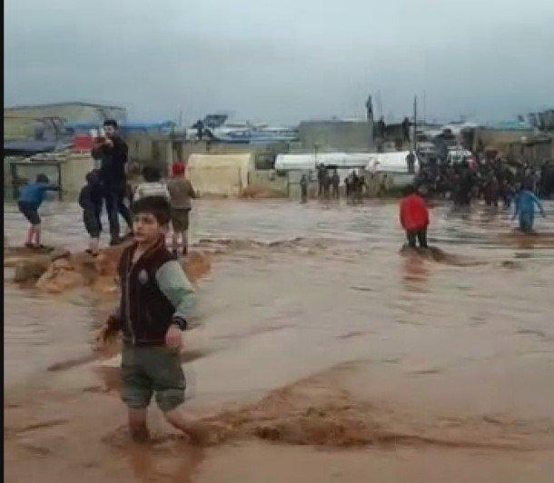 Sağanak yağış çadır kenti yıktı geçti.